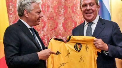 Reynders geeft Russische ambtsgenoot gesigneerd truitje van Rode Duivels