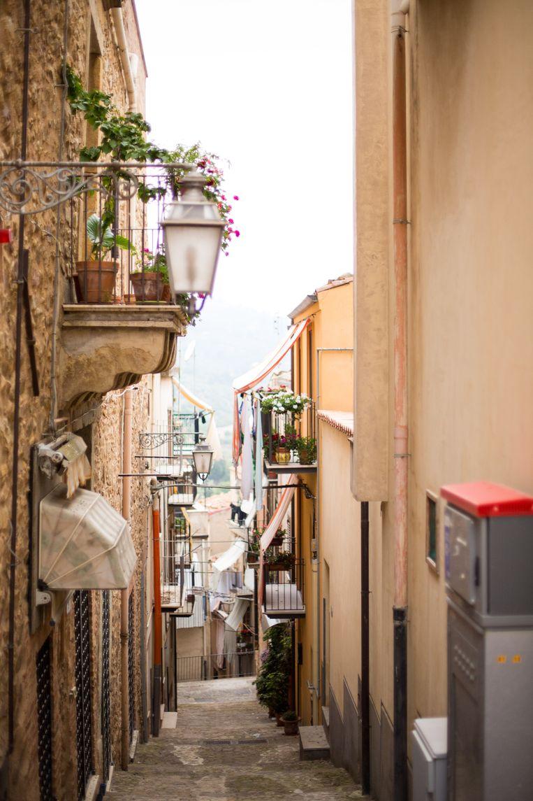 Een typisch Siciliaans steegje, met balkonnetjes die wandelaars tegen de zon beschermen.  Beeld Dieter Moeyaert