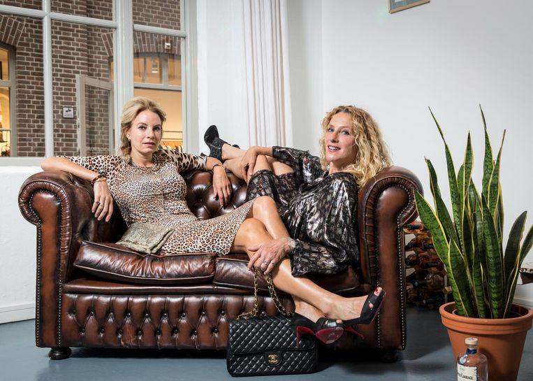 Barbelijn BerTam (47) en Elleke van Duin (50) zijn tekstschrijvers en oprichters van schrijfbedrijf en galerie Mevrouw van Dale. Beeld Dingena Mol