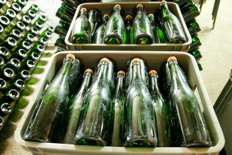 De flessen zijn gevuld, gekurt en liggen klaar. Nog een etiket en ze kunnen verkocht worden.