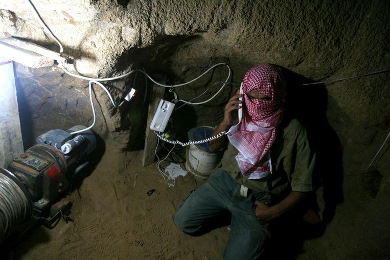 Telefoonverbinding in een smokkeltunnel. Beeld null