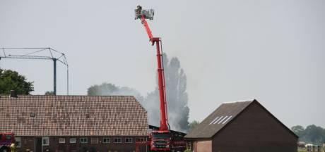 Asbest vrijgekomen bij grote brand in schuur vlak naast woning in Lemelerveld