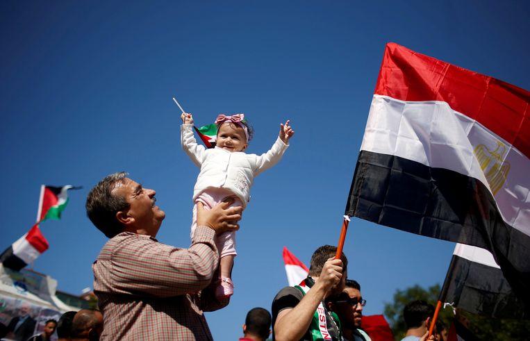 Inwoners van Gaza-Stad vieren de verzoening van Fatah en Hamas. Beeld REUTERS