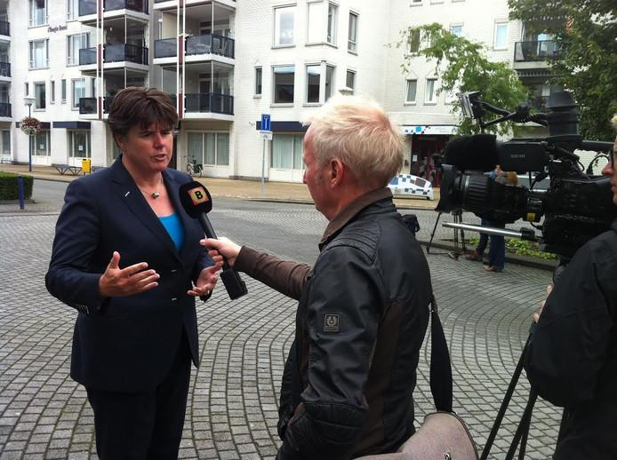 Burgemeester Ina Adema staat de pers te woord
