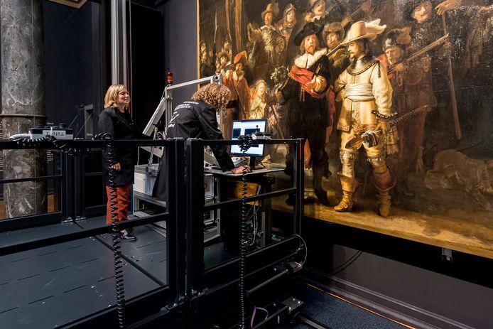 De Nachtwacht in het Rijksmuseum portretteert een groep schutters in het Amsterdam van de Gouden Eeuw.