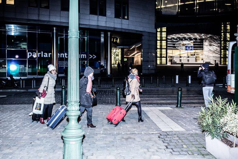 De werkweek zit erop. Jonge Europese ambtenaren haasten zich naar de luchthaven, voor een weekendje in eigen land. Beeld © Franky Verdickt