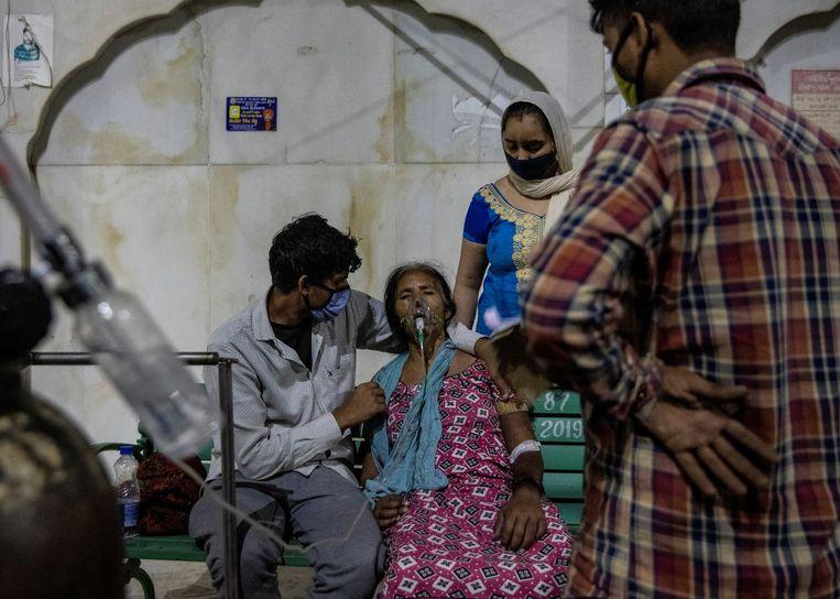 Een covidpatiënt krijgt zuurstof toegediend in een Sikhtempel. Beeld REUTERS