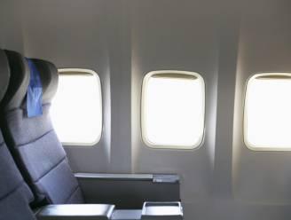 Man slaat raam uit vliegtuig omdat hij niet bij mama mag