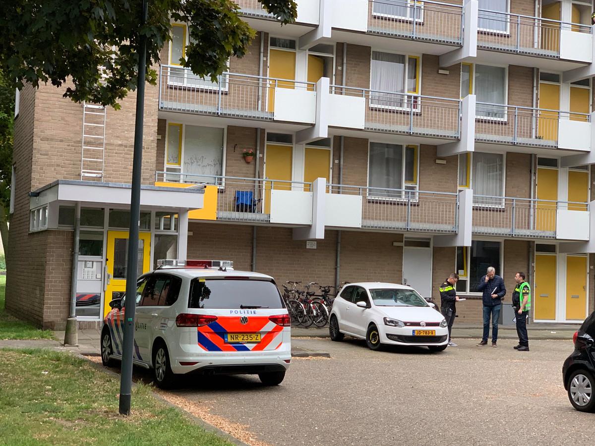 Politie bij de flat waar dinsdagochtend werd ingebroken.