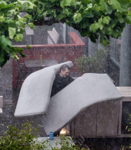 Tielenaren overvallen door hoosbui aan einde van de middag; stormschade op meerdere plaatsen in Rivierenland
