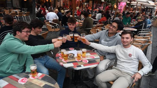 """Eerste studenten trappen nu al het academiejaar af op Oude Markt in Leuven: """"Noem het een opfriscursus"""""""