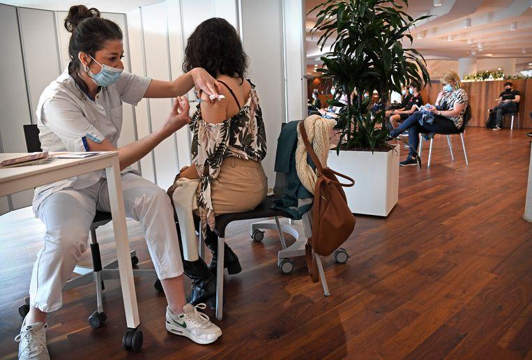 Personeel van het Erasmus MC in Rotterdam wordt half mei gevaccineerd met het Janssen-vaccin. Daarvan adviseert de Gezondheidsraad nu het niet meer te gebruiken bij de jongere doelgroep. Beeld Marcel van den Bergh / de Volkskrant