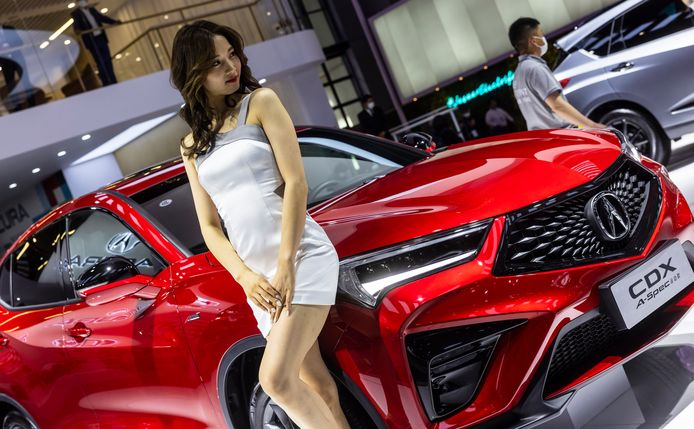 Een fotomodel poseert op de stand van Acura, het luxemerk van Honda dat wel in de VS en Azië, maar niet in Europa wordt verkocht.