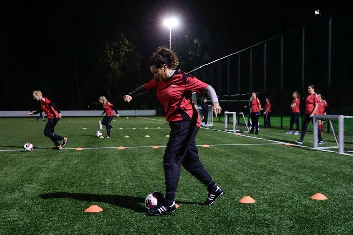 Bij VoetbalFIT worden baloefeningen gecombineerd met bootcamp- en krachtoefeningen.