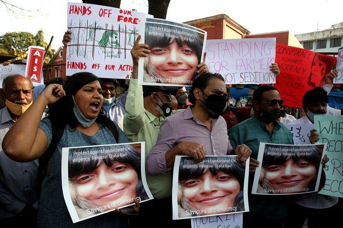 In Bangalore gingen mensen de straat op om te betogen tegen de arrestatie van Disha Ravi.