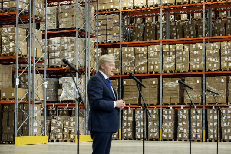 Minister Martin van Rijn voor Medische Zorg tijdens een presentatie in een distributiecentrum van het Landelijk Consortium Hulpmiddelen (LCH).  Beeld ANP