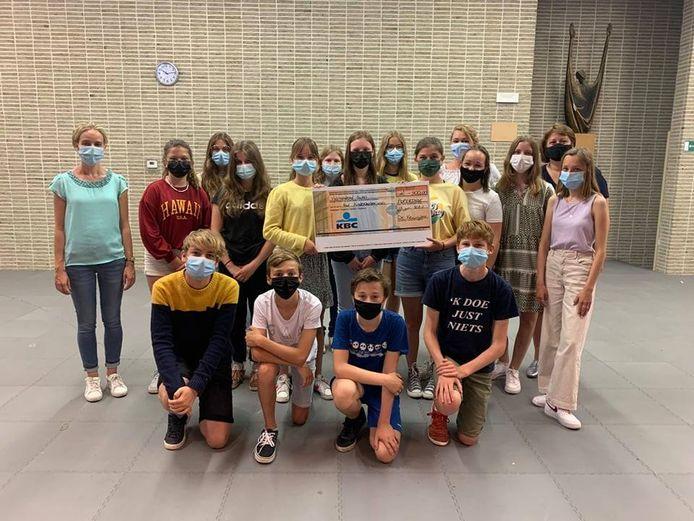 Eerstgraadsschool De Keiwijzer schenkt 500 euro aan het Kinderkankerfonds.
