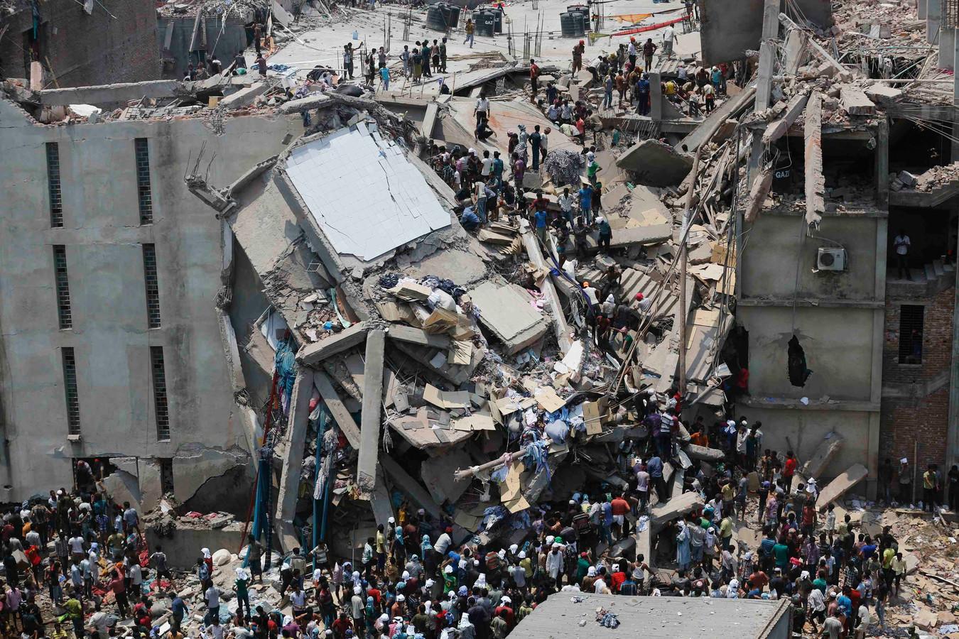 Bergingswerkzaamheden na de ramp in Bangladesh in 2013.