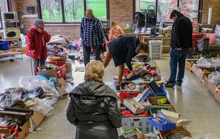 Mensen konden grabbelen in dozen en tegen een zacht prijsje goederen meenemen naar huis.