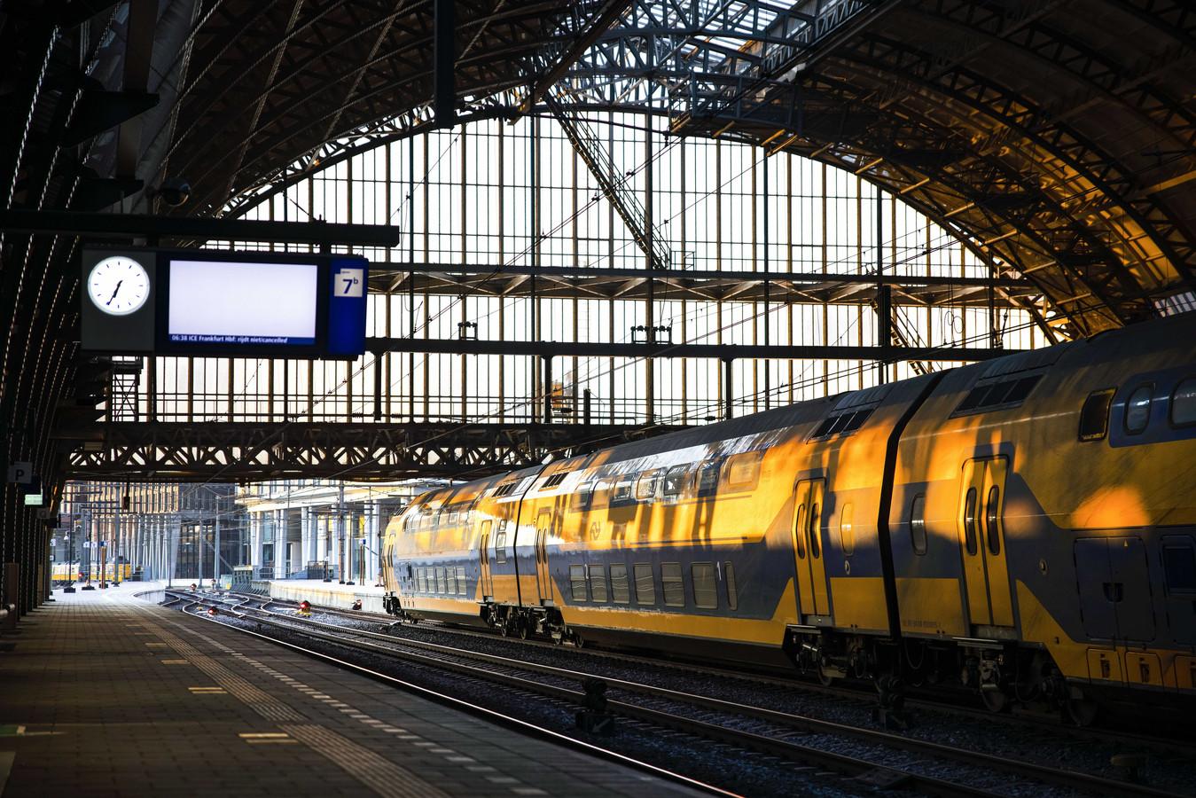 Vanochtend reden enkele uren geen treinen vanwege een staking van ProRail-medewerkers, zoals hier op Amsterdam CS.