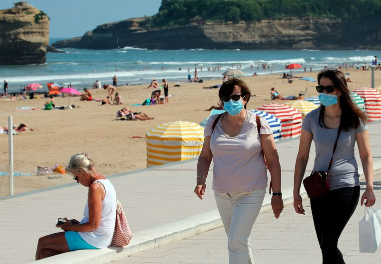 Enkele toeristen met een mondmasker in Biarritz, in het zuidwesten van Frankrijk. Beeld AP