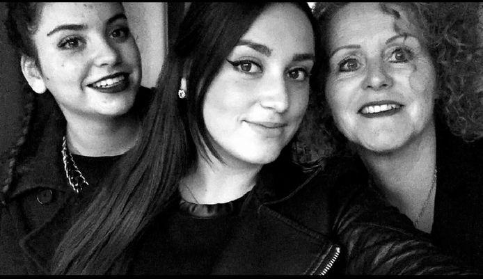 Kezban (midden), met links haar zus Zeynep en rechts haar moeder Miranda.