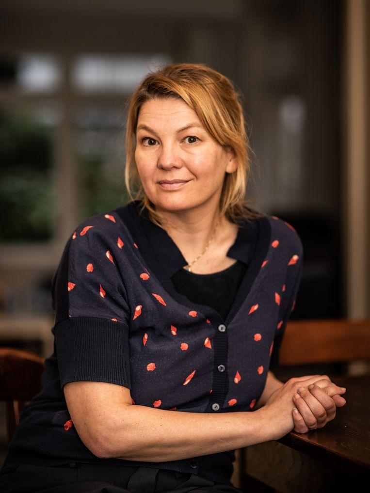 Eveline Crone: 'Ik ben ook hoopvol omdat ik zie dat de nieuwe generatie zelf weer de nieuwe ethiek maakt: jongeren zetten al eens wat vaker hun telefoon uit.' Beeld Simon Lenskens