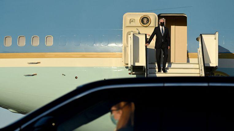 Joe Biden komt aan op een militair vliegveld bij België. Hij spant zich in om een zo groot aantal landen achter zich te krijgen, in zijn harde opstelling jegens China. Beeld AFP
