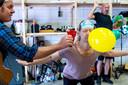 Geen luchtballon voor de Ashton Brothers, maar wel een opblaasballon bij een repetitie.