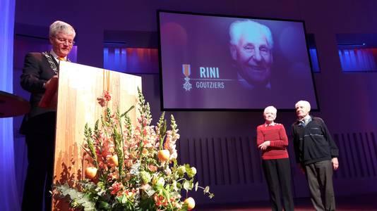 Burgemeester Weterings reikte donderdag de lintjes uit in Tilburg. Op de foto gedecoreerde Rini Goutziers.