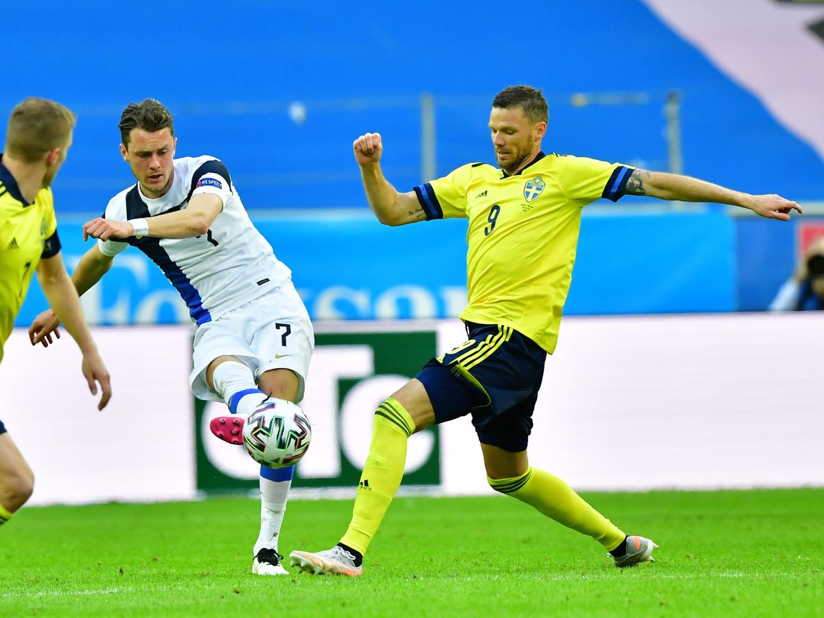 PEC-verdediger Thomas Lam (links, in duel met Zweden-aanvaller Marcus Berg) noemt het collectief als een van de sterke punten van de Finse ploeg.