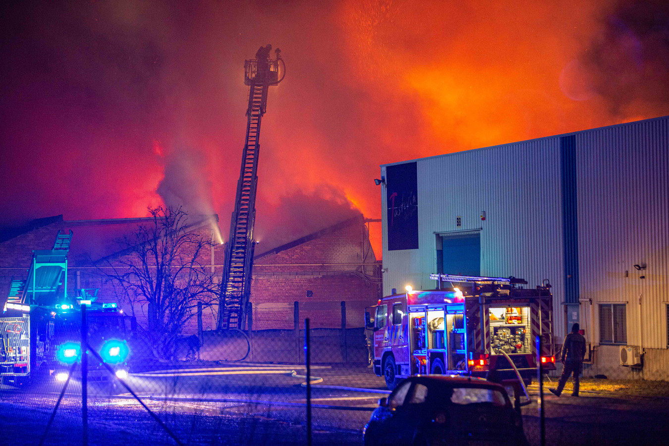Brandweerzone Vlaams-Brabant West in volle actie tijdens de hevige brand van vorige week in Sint-Pieters-Leeuw.