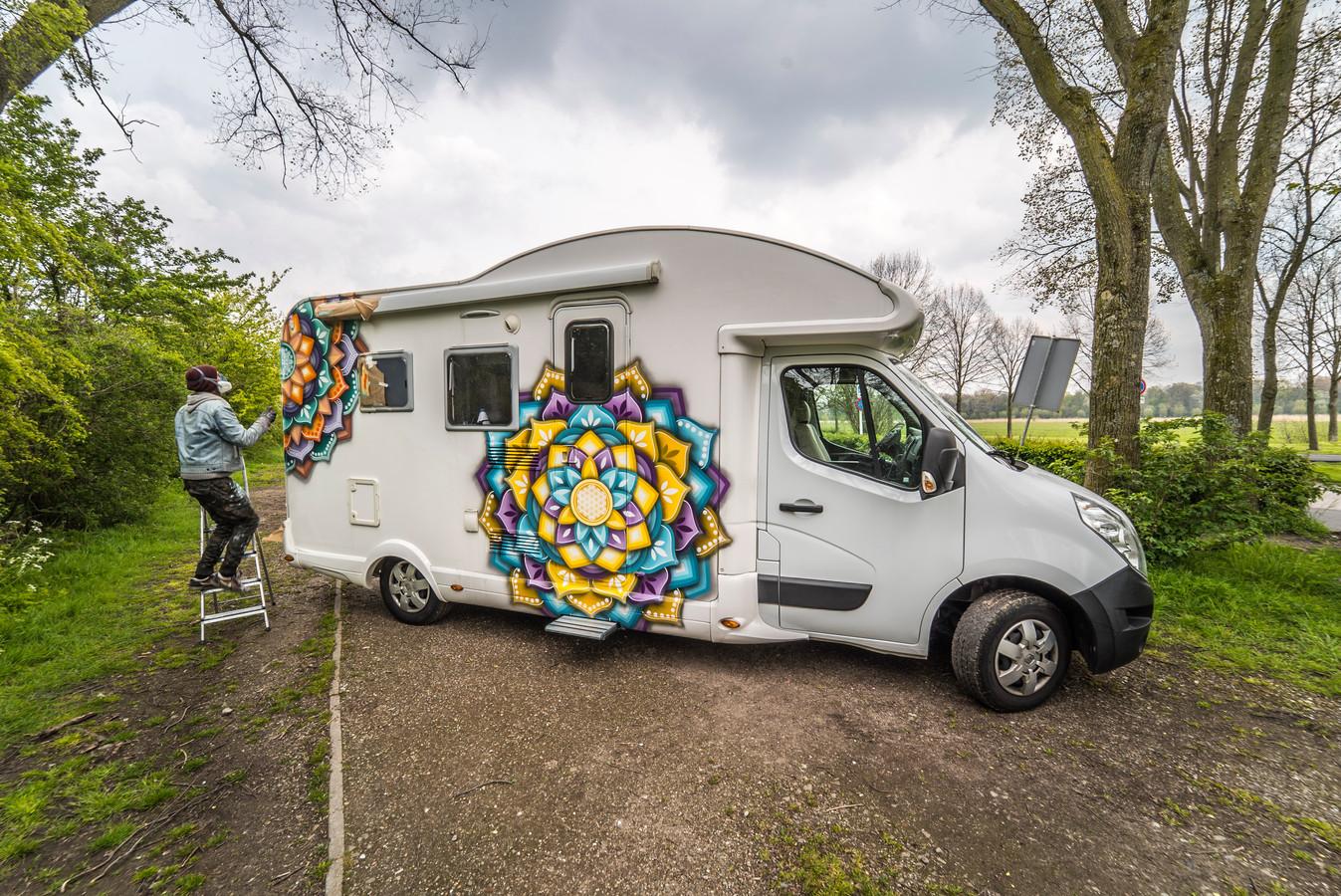 Dennis Mandala bespuit een camper in Delft.