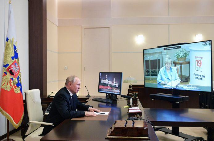 De Russische president Vladimir Poetin overlegde gisteren met Ella Pamfilova, de voorzitter van het centraal verkiezingscomité.