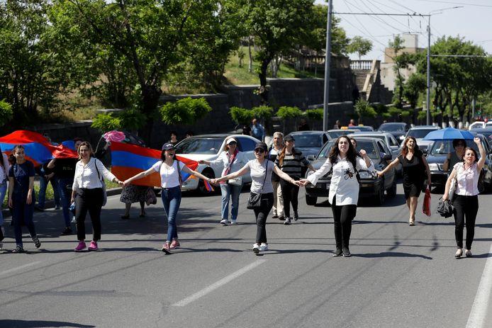 Actievoerders blokkeren een grote weg in de hoofdstad Jerevan.