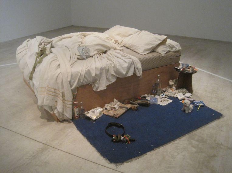 Het bed van de Britse artieste Tracey Emin, vol lege flessen, condooms en peuken. Beeld RV