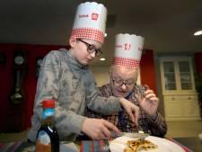 Kinderen bakken pannenkoeken voor ouderen in Breda