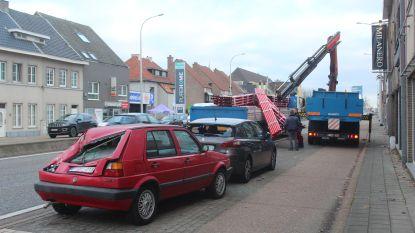 VIDEO: Lading truck begint te schuiven en raakt twee geparkeerde auto's