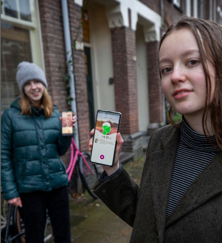 Meia van Sorge (14 jaar) en haar vriendin Gaby op de achtergrond. Gaby is in hun vriendinnenkring de fanatiekste ommetjesmaker. Beeld Werry Crone