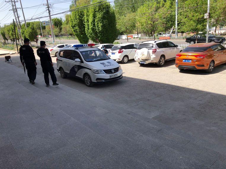 De drie politieagenten die rechtsomkeert maken als ze correspondent Leen Vervaeke zien. Beeld Leen Vervaeke