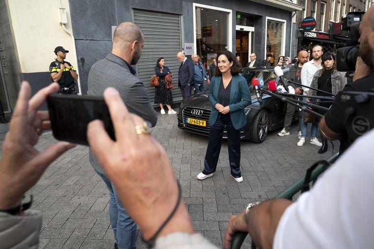 Na afloop van de uitzending van woensdagavond brachten burgemeester Halsema en minister Grapperhaus een bezoek aan de redactie van RTL Boulevard. Beeld ANP