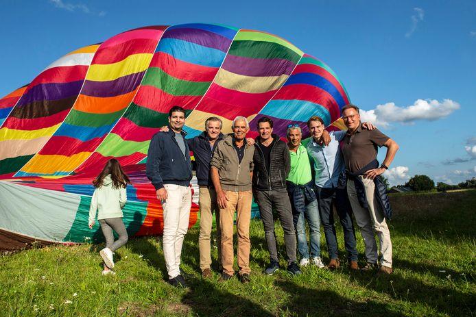 De Woensdrechtse ondernemer Frank van der Pol (midden)  heeft enkele jaren geleden een experimentele operatie ondergaan als kankerpatient. Uit dankbaarheid biedt hij de chirurgen en zijn huisarts een ballonvaart aan.