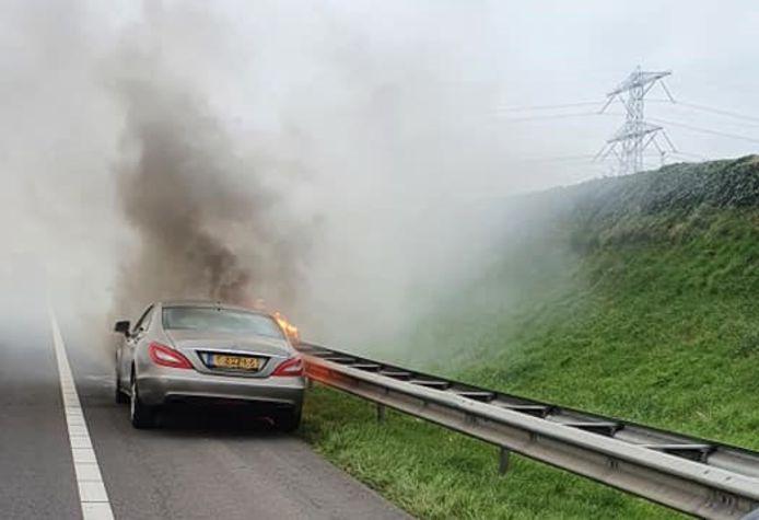 Vanwege de dikke rook werd de tunnel richting Borssele korte tijd afgesloten.