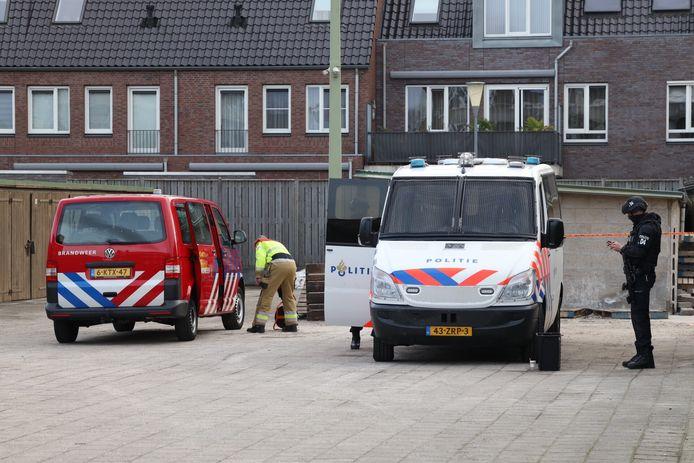 De politie bewaakt het pand dinsdagochtend.