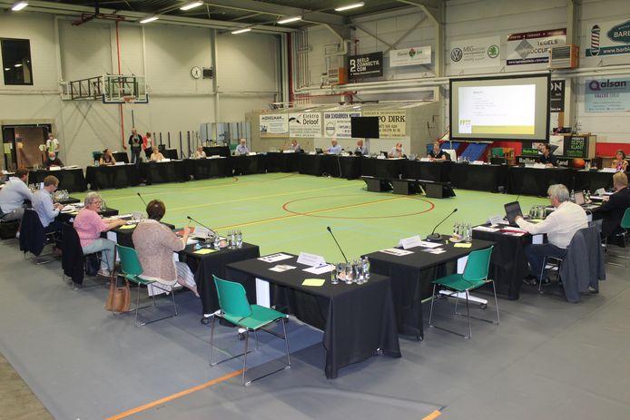 Een coronaproof gemeenteraad in de sporthal van Eeklo. Ondanks de woelige politieke situatie zal er niet meteen een nieuwe coalitie komen.