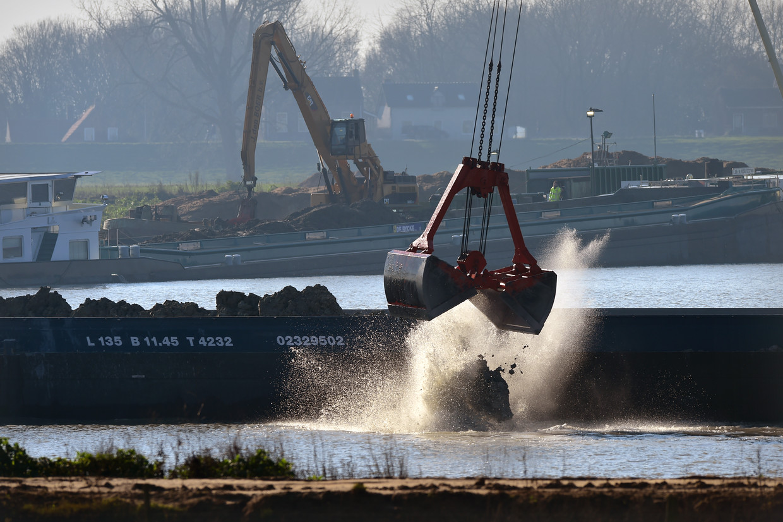Het storten van granuliet in de natuurplas Over de Maas in de gemeente West Maas en Waal veroorzaakt al tijden onrust Beeld Marcel van den Bergh / de Volkskrant