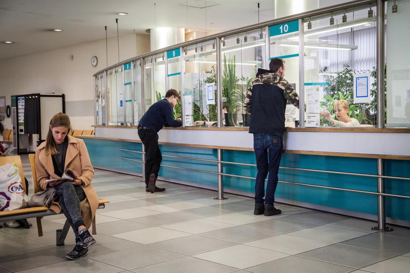 Archiefbeeld: onder meer in het dienstencentrum van de Stad Gent zijn verschillende ambtenaren aan het werk.