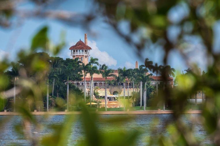Mar-a-Lago, de residentie van Trump in Florida, gezien door magrovebomen.