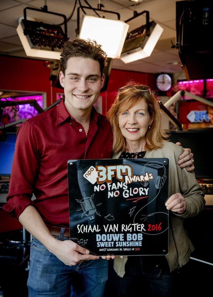 Douwe Bob met zijn moeder Ellen.