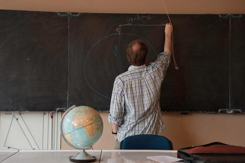 """Het Vlaams onderwijs scoort slechter dan ooit in internationale onderzoeken. Belangrijke oorzaken zijn volgens specialisten besparingen in het basisonderwijs en te weinig steun voor leerkrachten, die """"bedolven zijn onder een papierberg"""". Beeld Hollandse Hoogte / Sabine Joosten"""